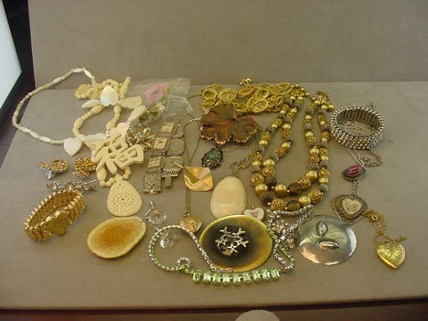 9015: 1 GROUP OF COSTUME JEWELRY SOME SILVER -LOT