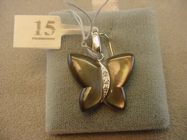 6015: 18K GOLD BUTTERFLY MOP AND DIAMOND PENDANT