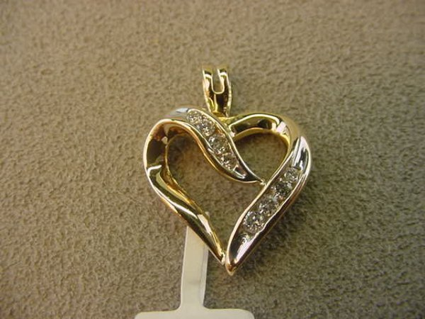 1007: 14K GOLD DIAMOND HEART PENDANT