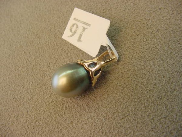 1016: 14K GOLD DYED CULTURED PEARL PENDANT