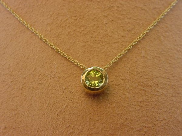4019: 14K GOLD PERIDOT PENDANT ON 14K GOLD CHAIN