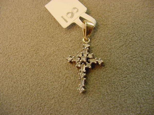 6008: 10K GOLD DIAMOND CROSS PENDANT