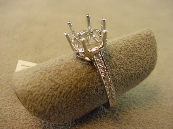 6046: 18K WHITE GOLD DIAMOND RING MOUNT