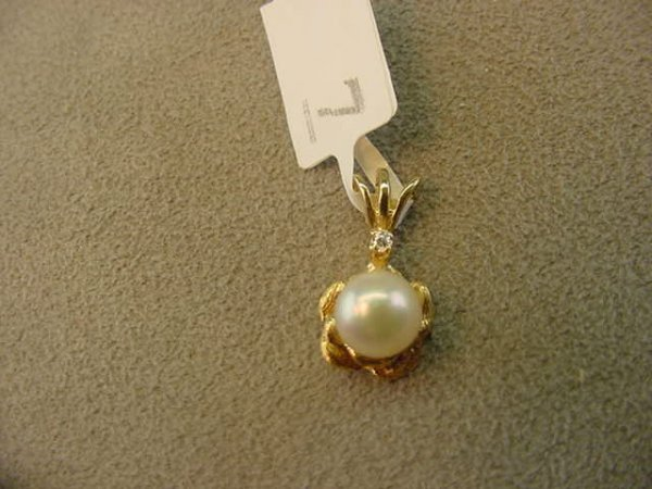 5007: 14K GOLD PEARL AND DIAMOND PENDANT