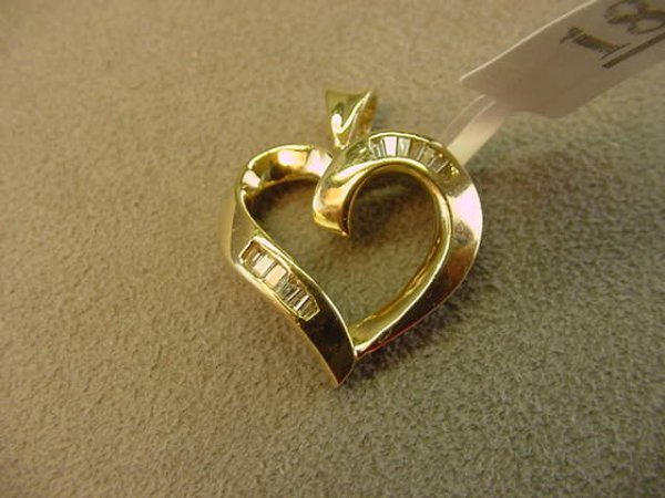 8018: 14K GOLD DIAMOND HEART PENDANT