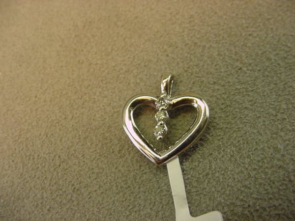 8023: 10K WHITE GOLD DIAMOND HEART PENDANT