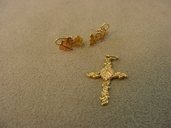 5016: 10K 3-COLOR GOLD PENDANT AND EARRINGS