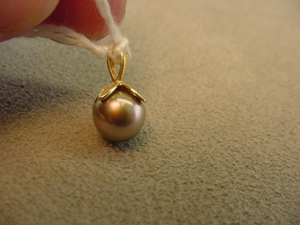 7603: 14K GOLD DYED PEARL PENDANT