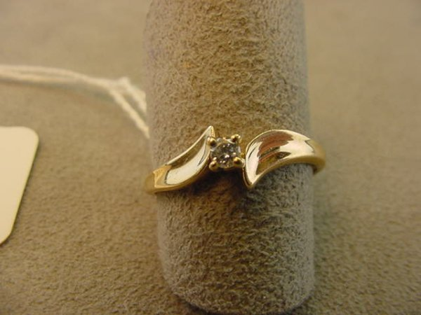 7617: 10K GOLD DIAMOND RING