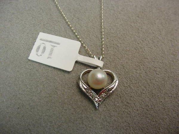 1010: 14K WHITE GOLD PEARL AND DIAMOND HEART PENDANT