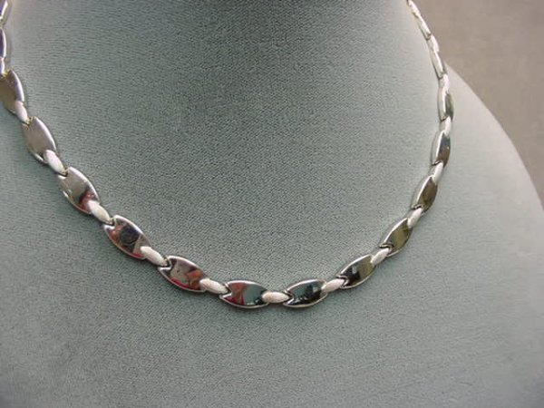 1020: 14K WHITE GOLD NECKLACE