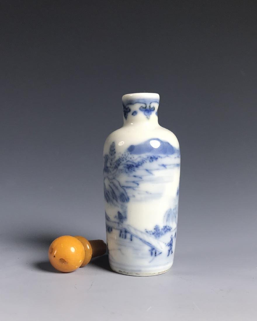 BLUE AND WHITE PORCELAIN SNUFF BOTTLE WITH MARK - 6