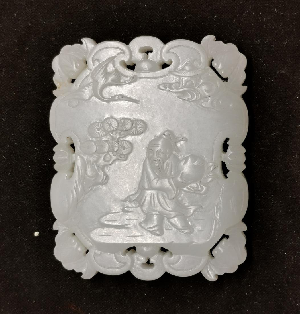A FINELY CARVED WHITE JADE 'IMMORTAL' PENDANT