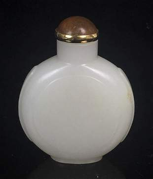 A JADE SNUFF BOTTLE WITH AGATE TOP