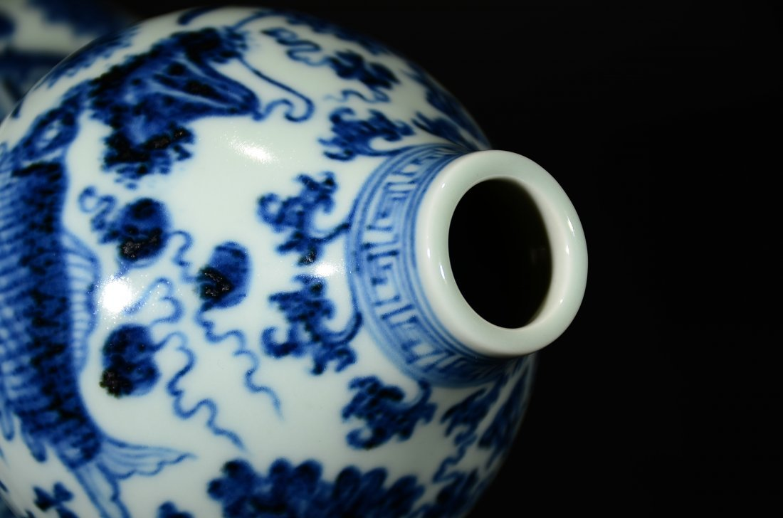 XUANDE MARK, A BLUE AND WHITE GOURD VASE - 5