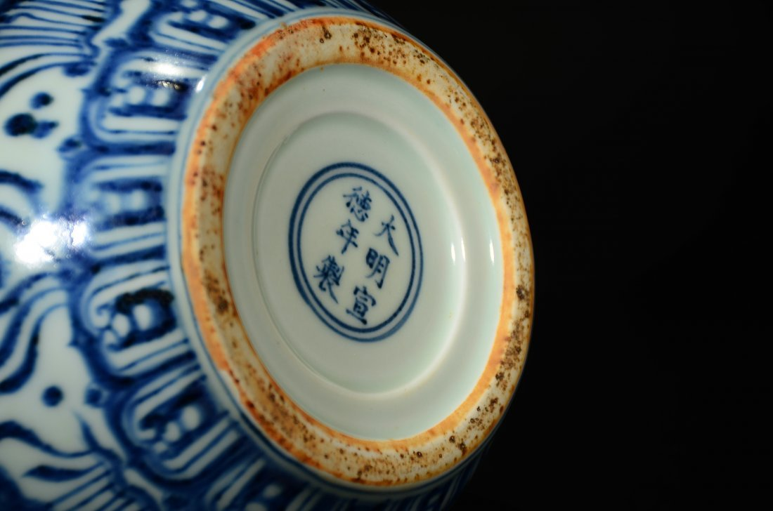 XUANDE MARK, A BLUE AND WHITE GOURD VASE - 7
