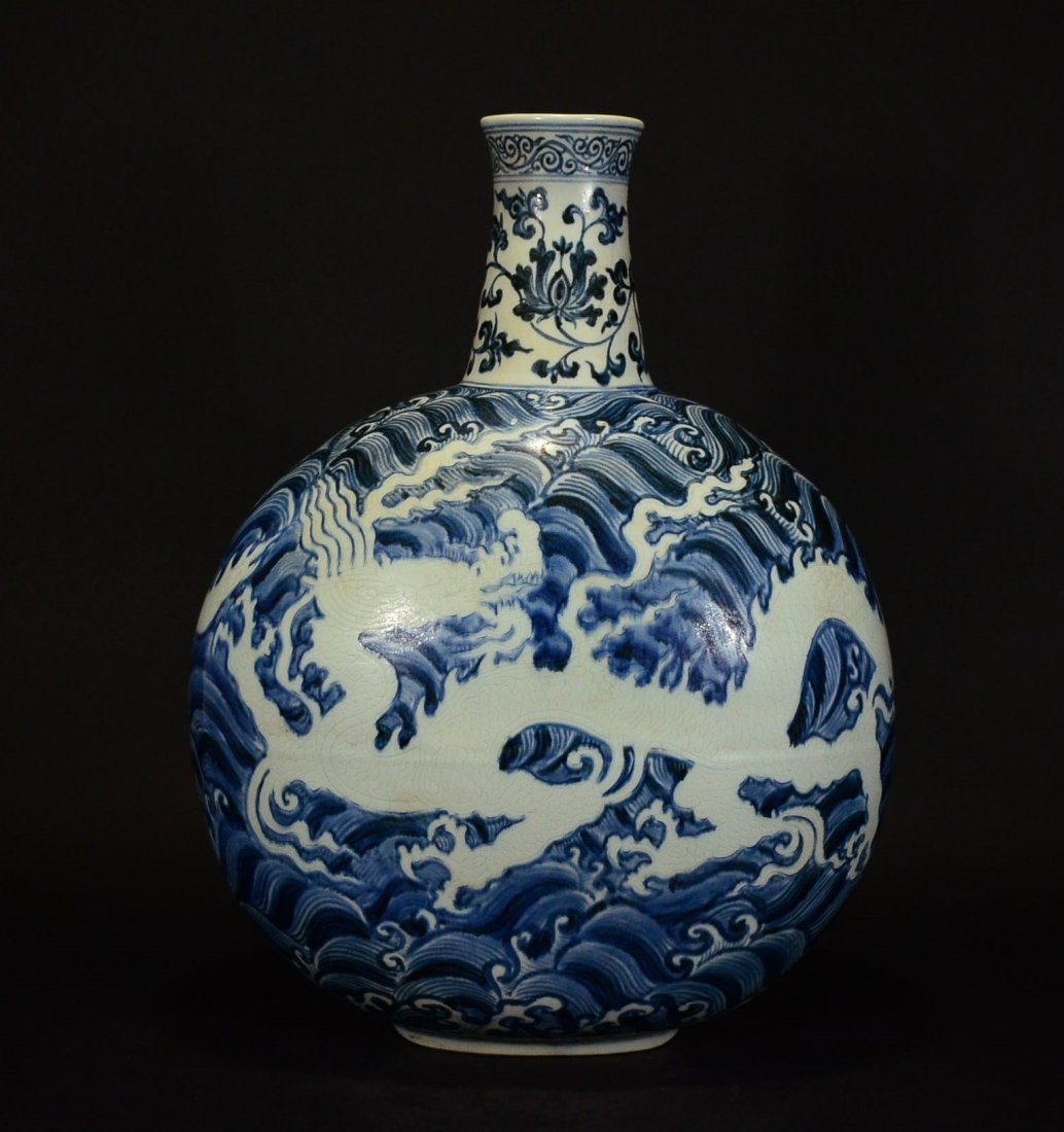 MING OR LATER, A BLUE AND WHITE MOONFLASK VASE