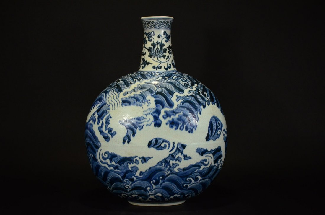 MING OR LATER, A BLUE AND WHITE MOONFLASK VASE - 2