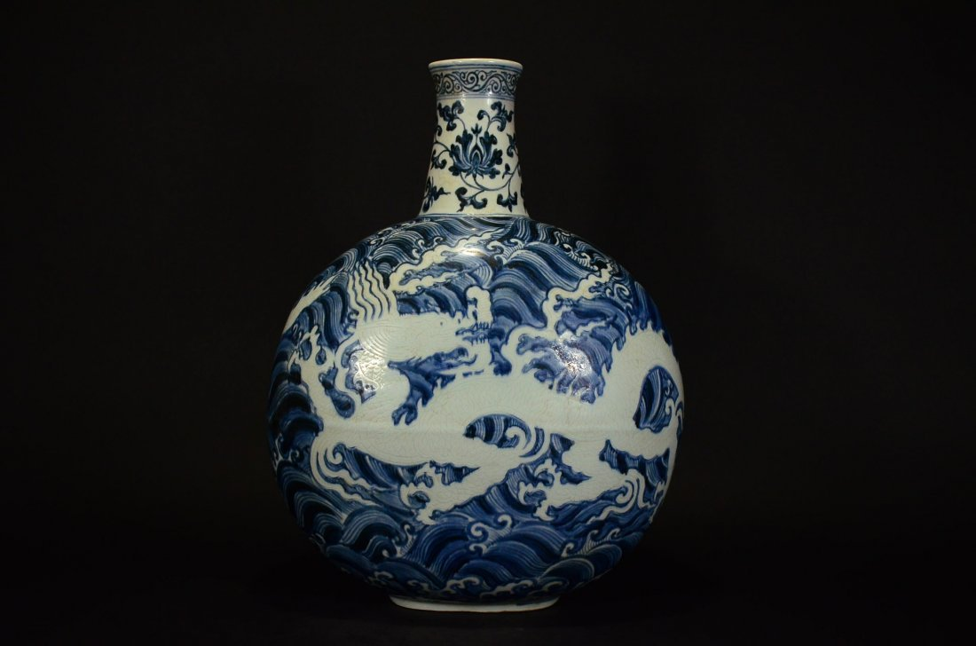 MING OR LATER, A BLUE AND WHITE MOONFLASK VASE - 3