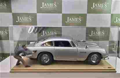 Aston Martin Eaglemoss 1:8 Scale & Case/Figure
