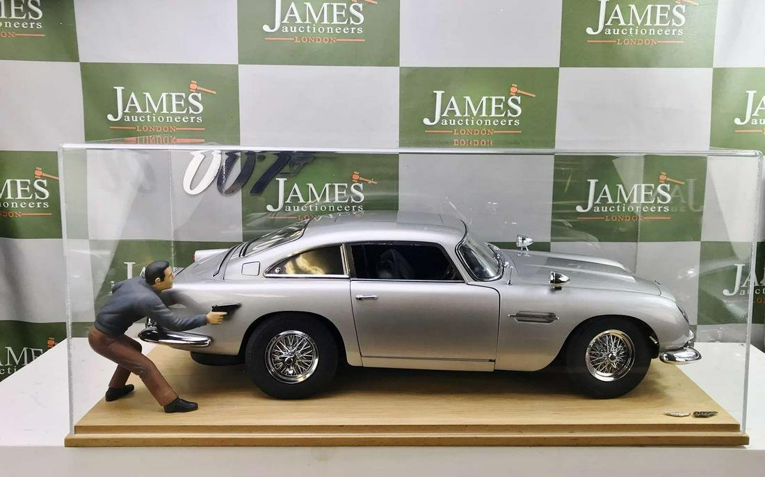 Aston Martin DB5 James Bond Eaglemoss 1:8 Scale &