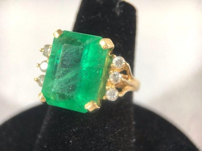 Striking Emerald & Diamond Ring set in 18k gold