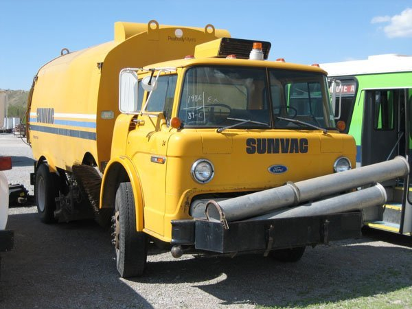 1700: 1986 Sunvac Street Sweeper on Ford 800 Cabover Ch