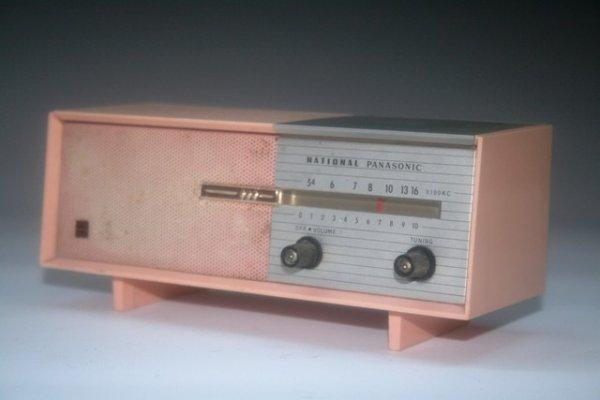 47: Mini Pink Panasonic Transistor Radio Consol - 2