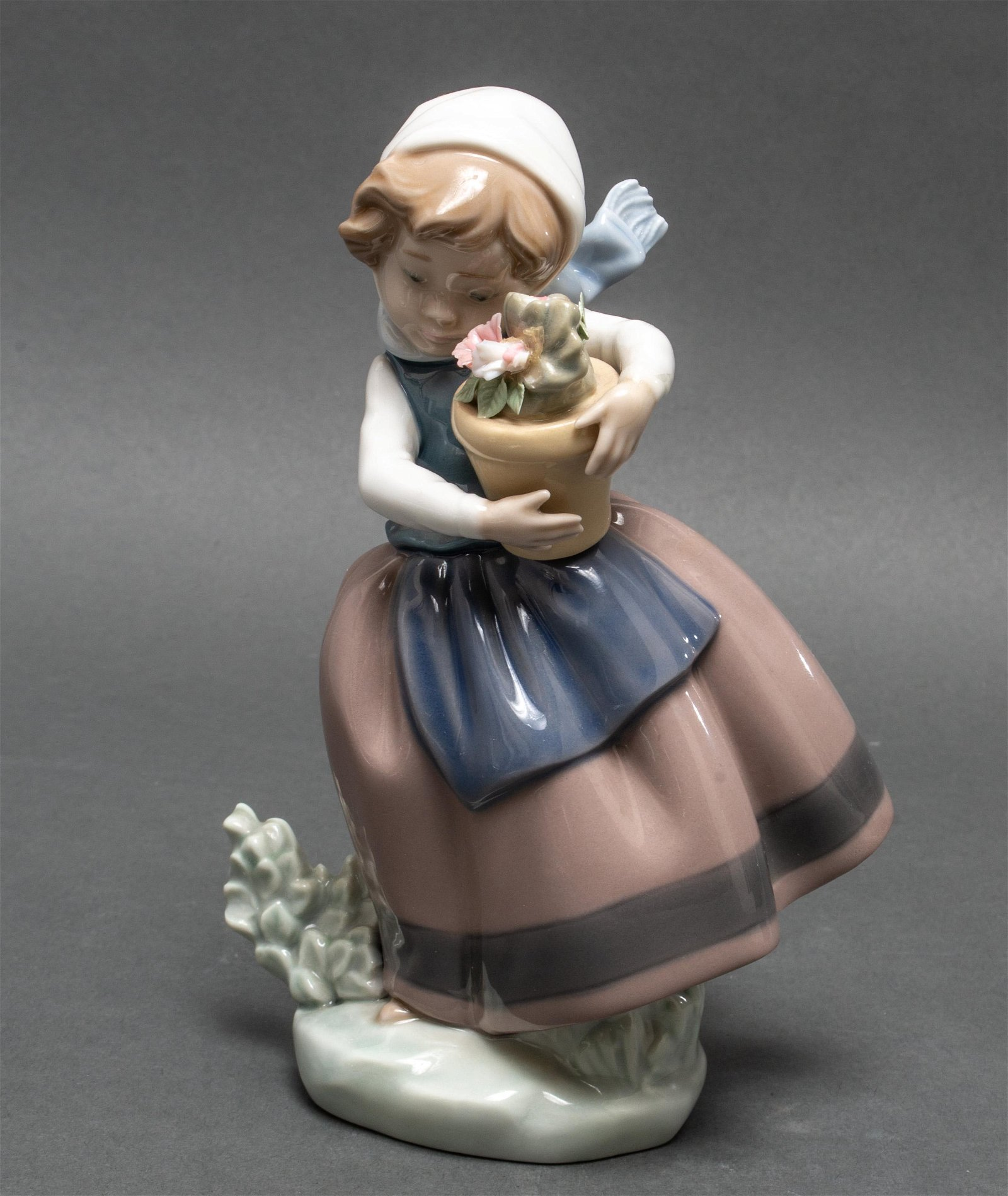 """Lladro Porcelain """"Girl With Flowers"""" Figurine"""