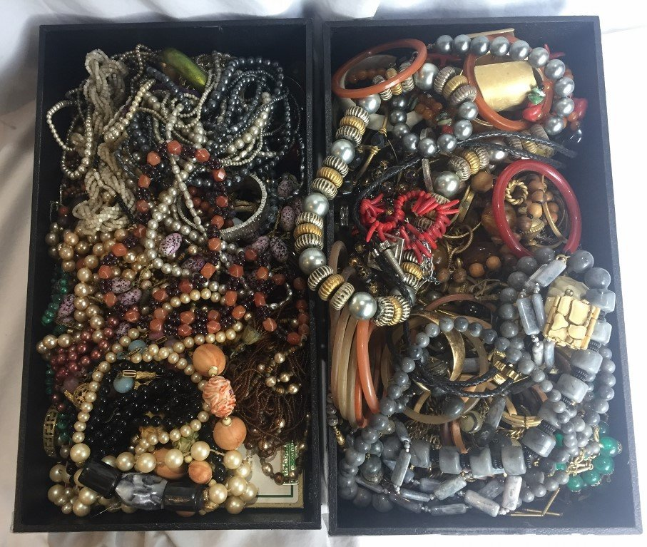 Box lot-Costume jewelry in 2 trays