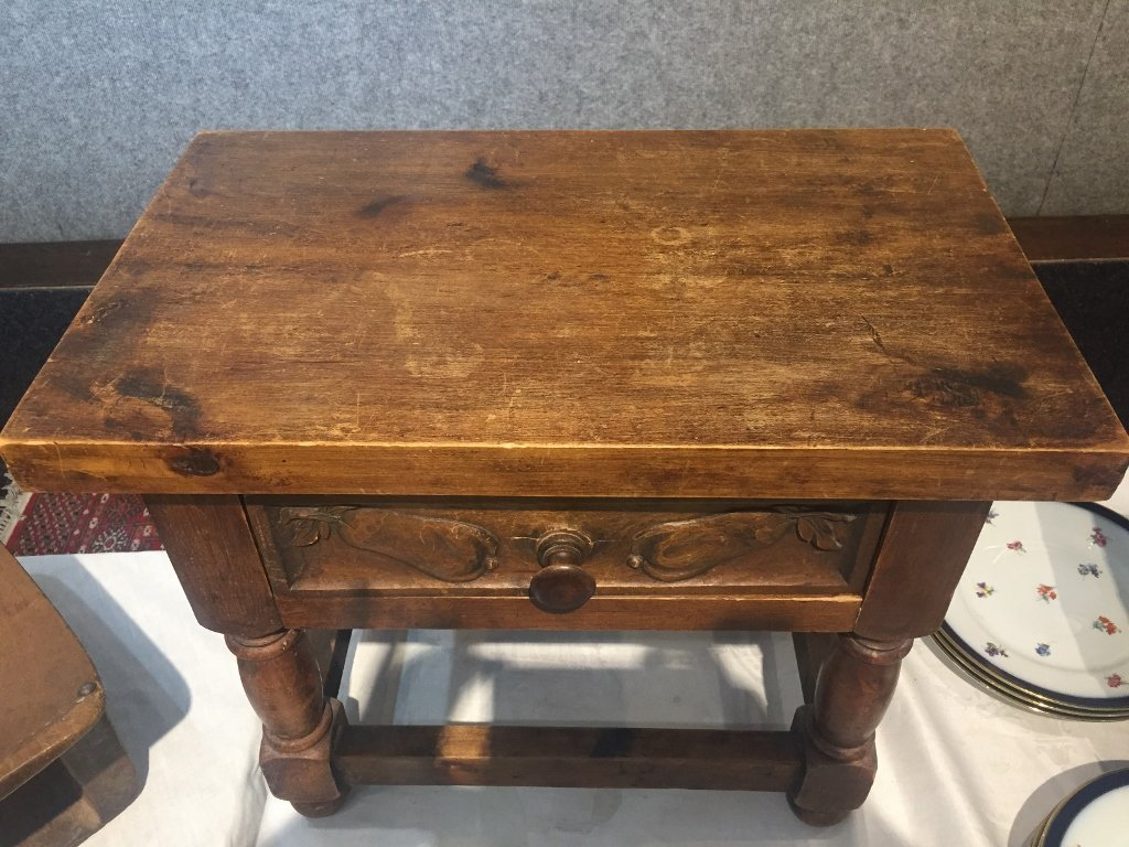 Small wood table with drawer-carved pears - 3