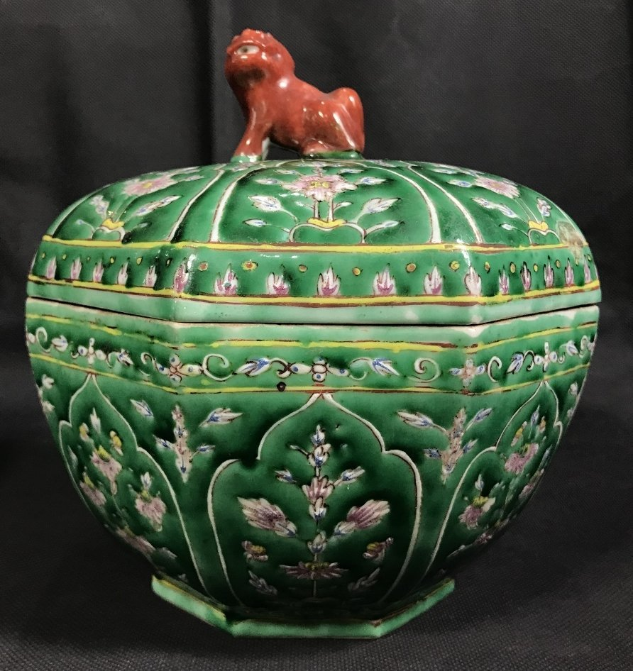 Chinese green glaze box with red Foo Dog, c.1920.