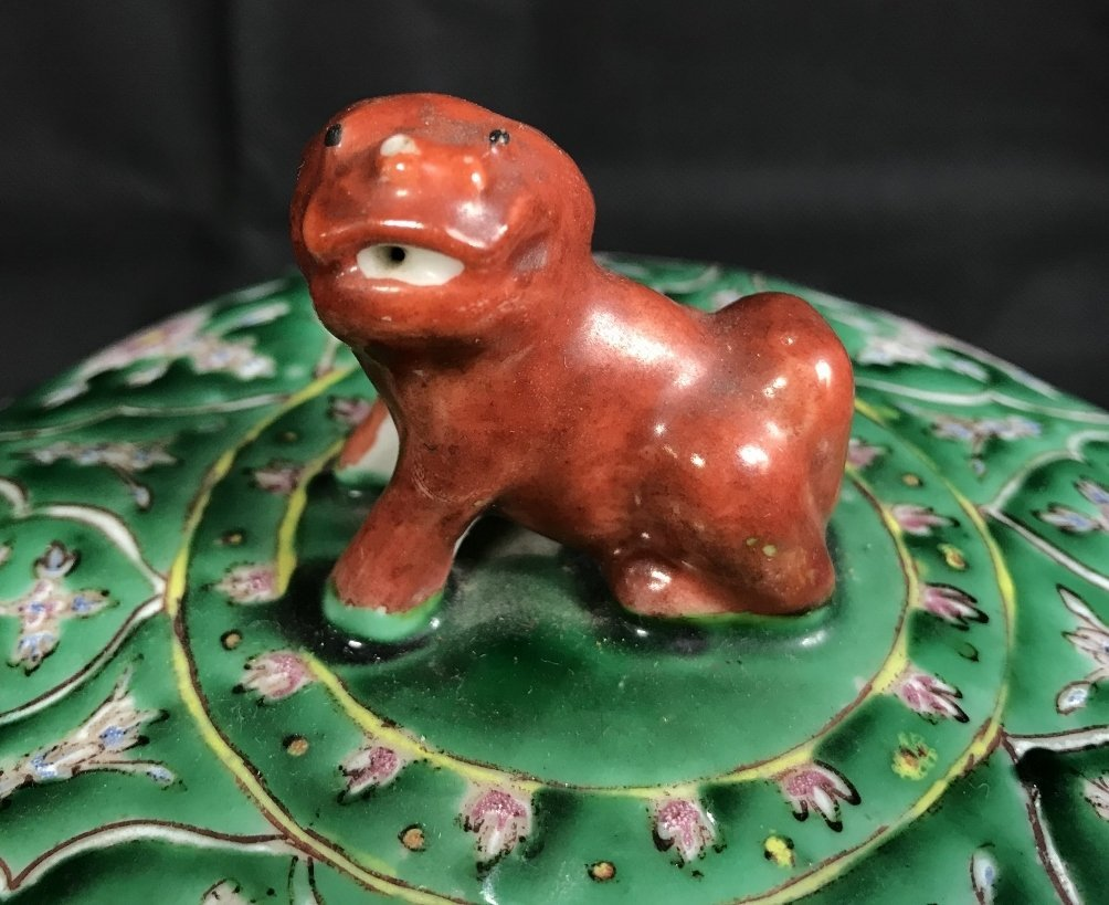 Chinese green glaze box with red Foo Dog, c.1920. - 2