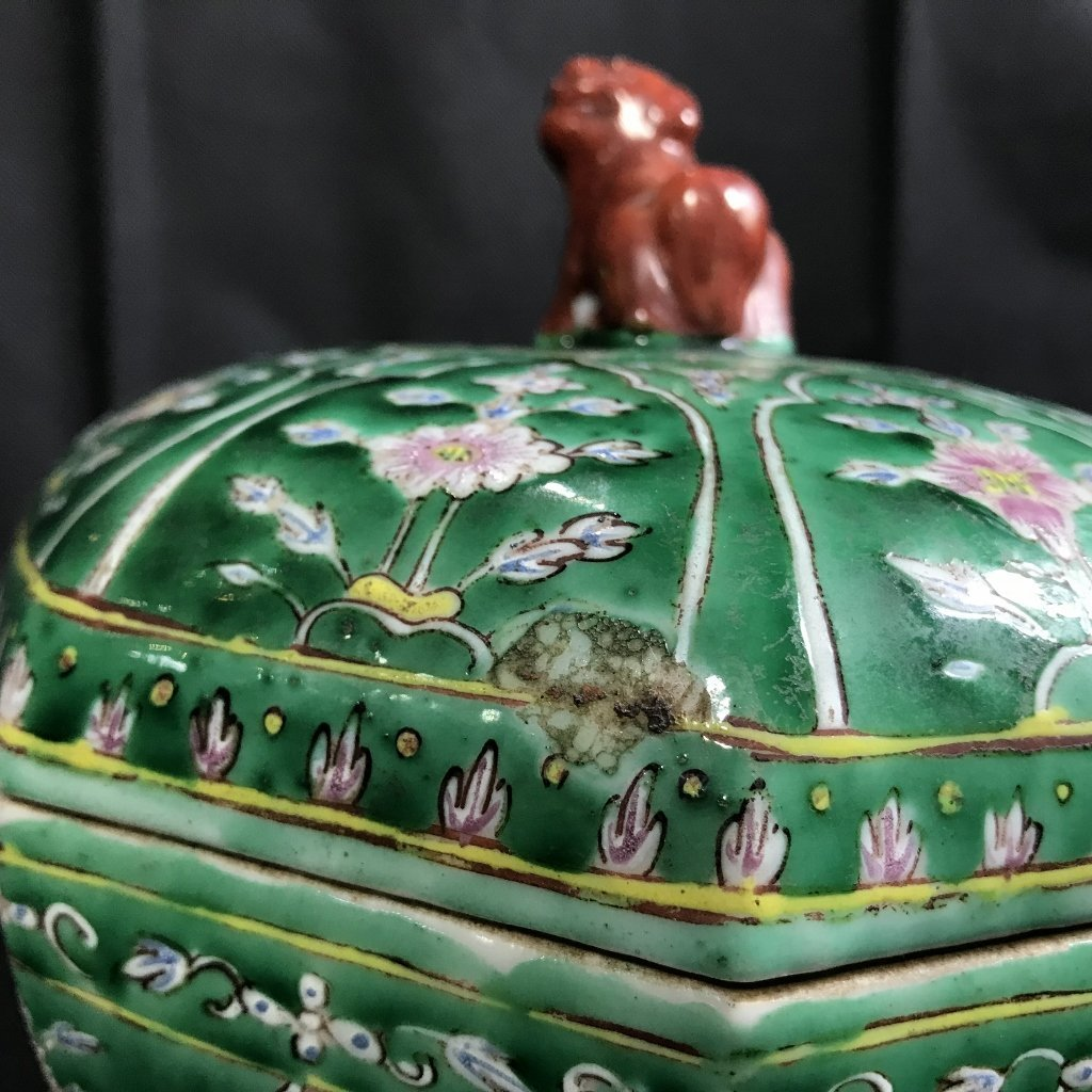 Chinese green glaze box with red Foo Dog, c.1920. - 4