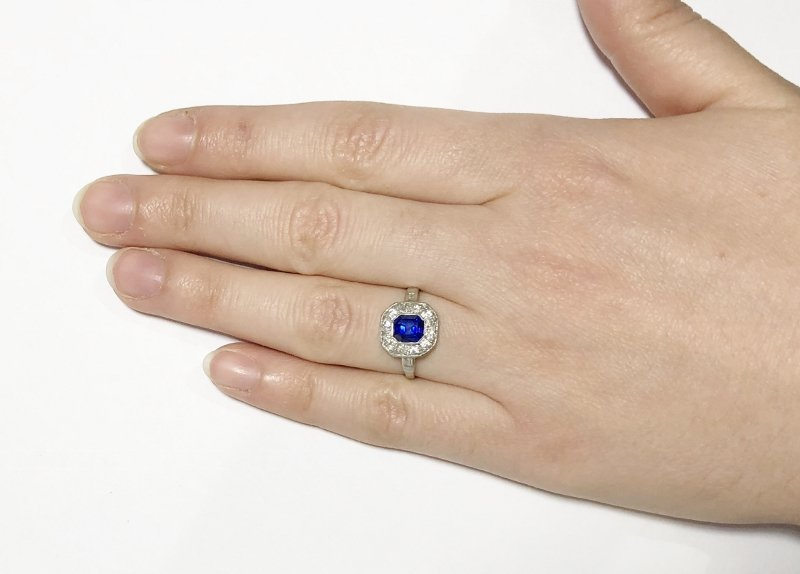 Platinum, diamond & sapphire ring, c.1930, 2.5dwts - 10