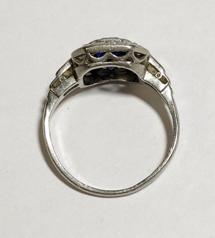 Platinum, diamond & sapphire ring, c.1930, 2.5dwts - 8