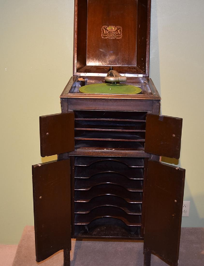 Antique VICTOR VICTROLA TALKING MACHINE AND LARGE