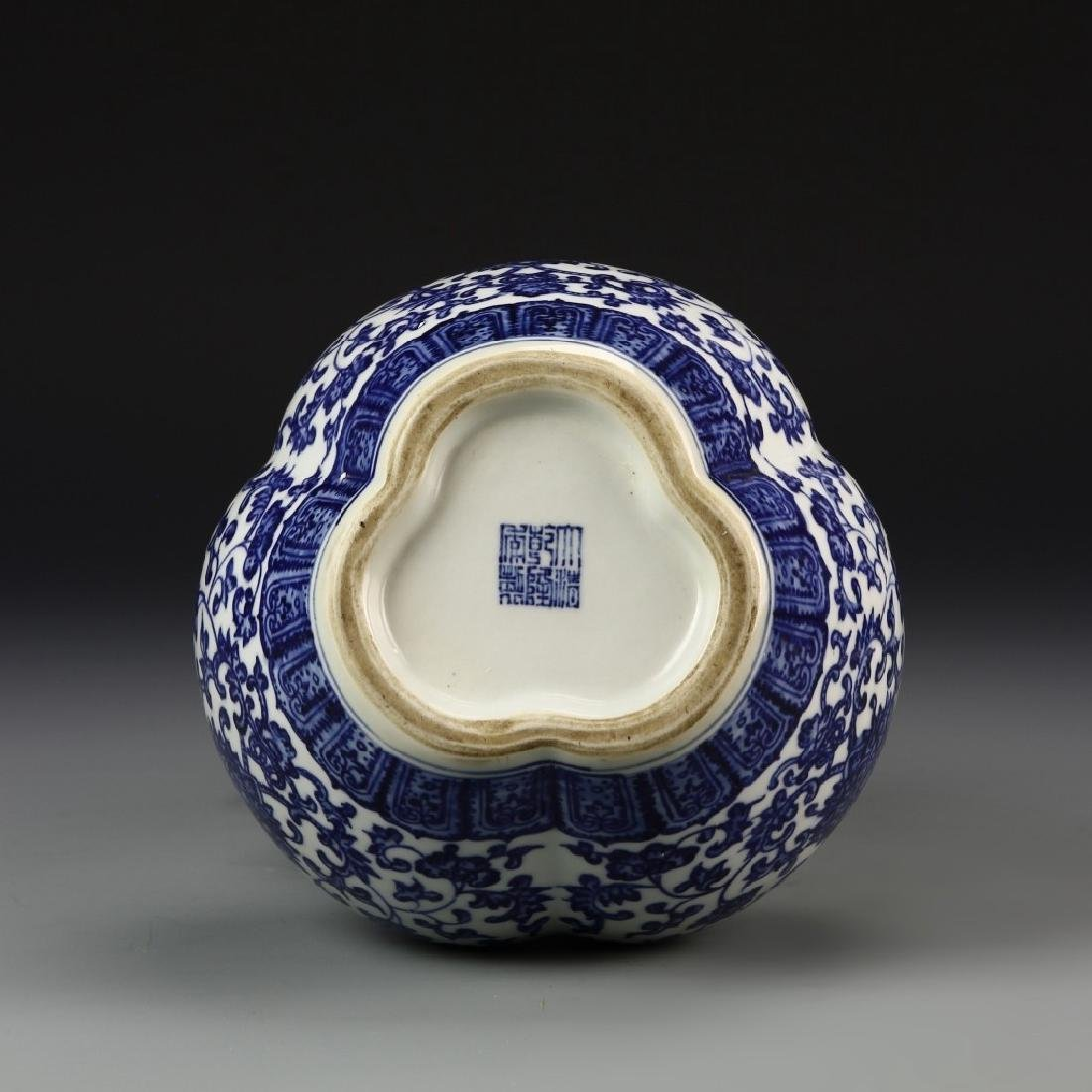 A BLUE AND WHITE THREE SPROUTS VASE, QIANLONG MARK - 5