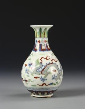 Chinese Wucai Yuhuchunping Vase