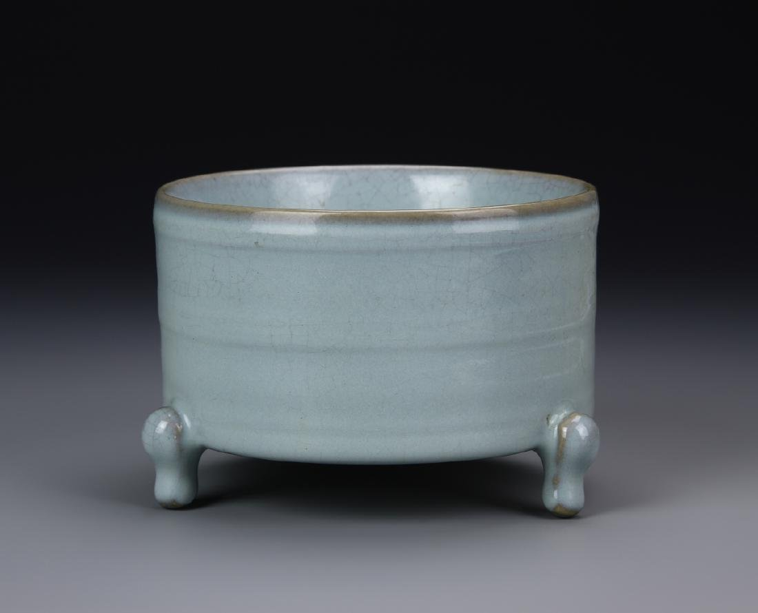 Chinese Ming Dynasty Lung Quan Yao Tripod Vessel