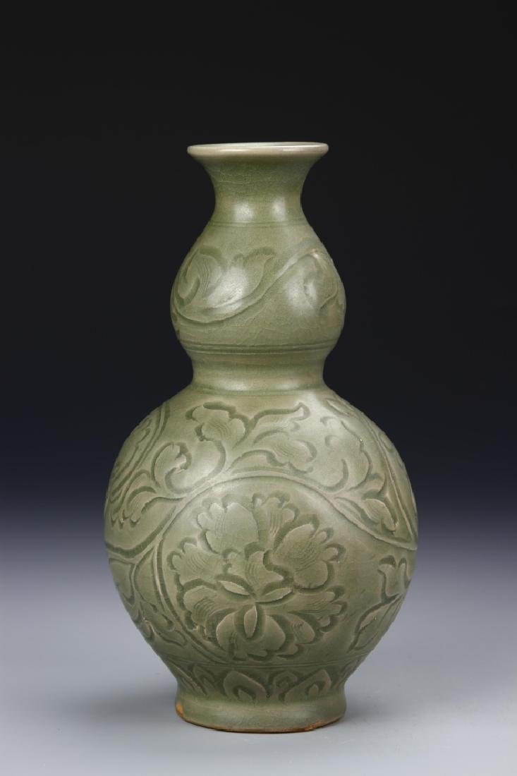 Chinese Lungquan Gourd Vase