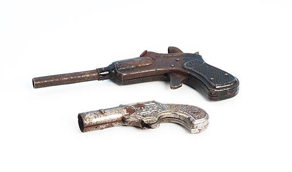 18: 2 Spielzeug-Pistolen