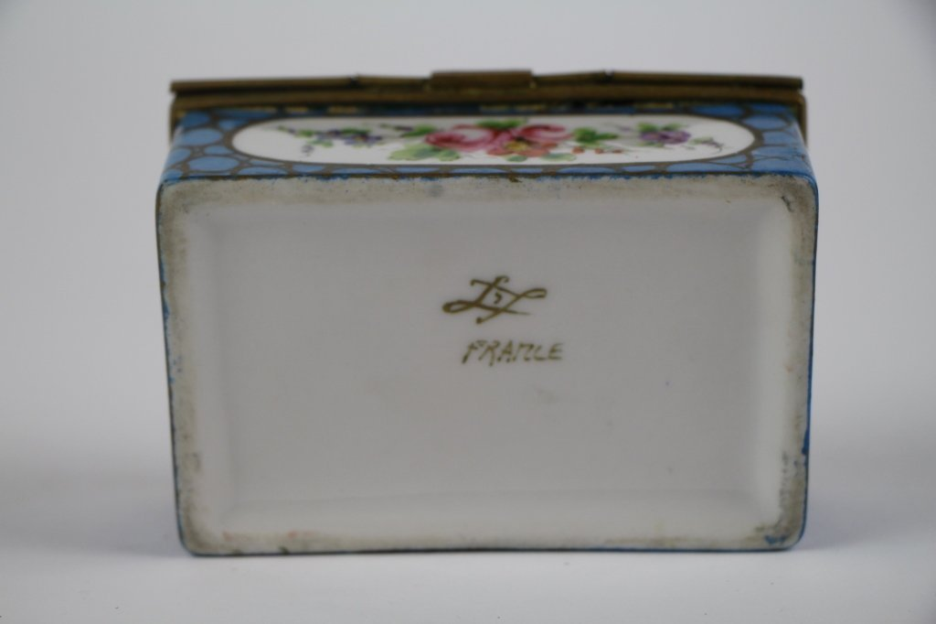 FRENCH PORCELAIN AND BRONZE DRESSER BOX - 3