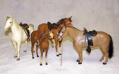 19: LOT OF TOY HORSES INCLUDING A WHITE BREYER HORSE
