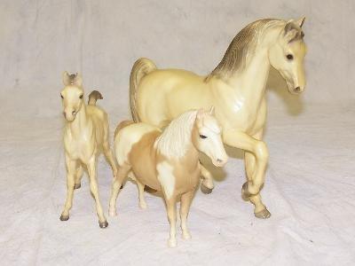 20: SET OF 3 WHITE HORSES INCLUDING A WHITE BREYER HORS