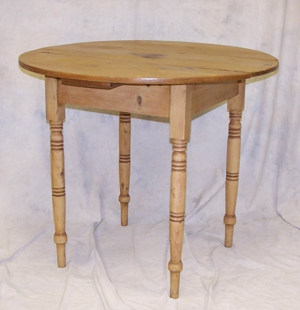 """513: Country pine round table measuring 28.5""""h x 34"""" ro"""