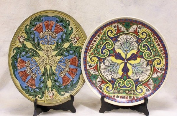 517: A pair of decorative chargers with a written name