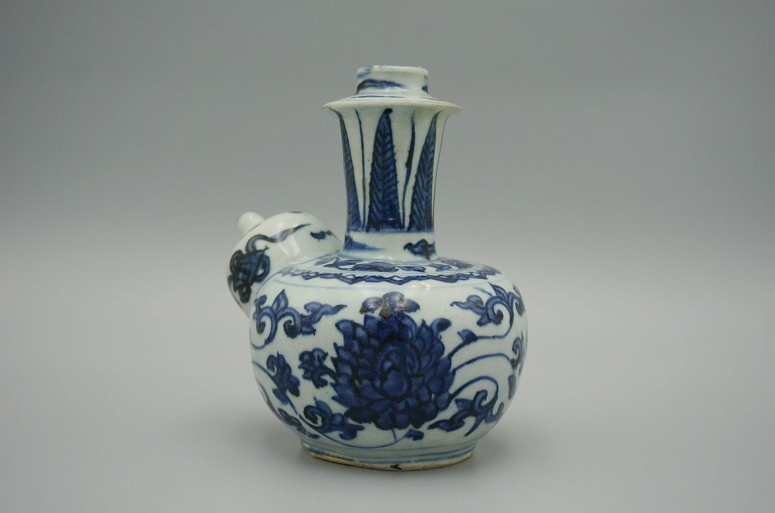 Ming dynasty chinese blue and white porcelain kendi