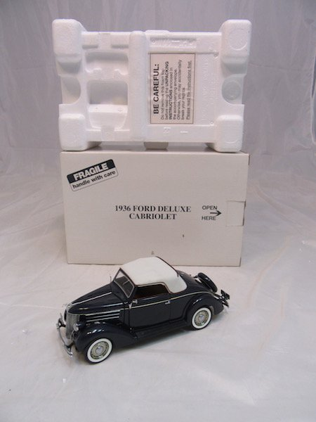 Danbury Mint 1936 Ford Deluxe Cabriolet - 4