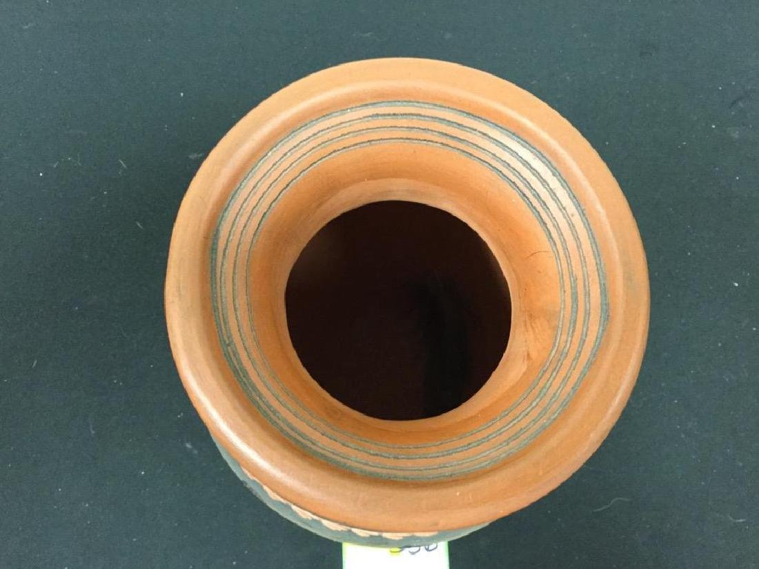 NATIVE AMERICAN POTTERY NAVAJO POT. SIGNED BY ARTIST. - 3